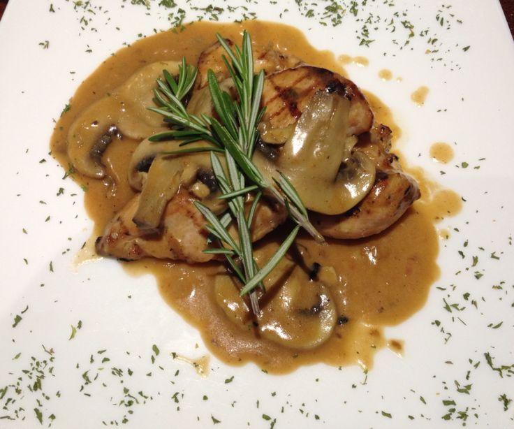 Pollo alla griglia con salsa funghi porcini...