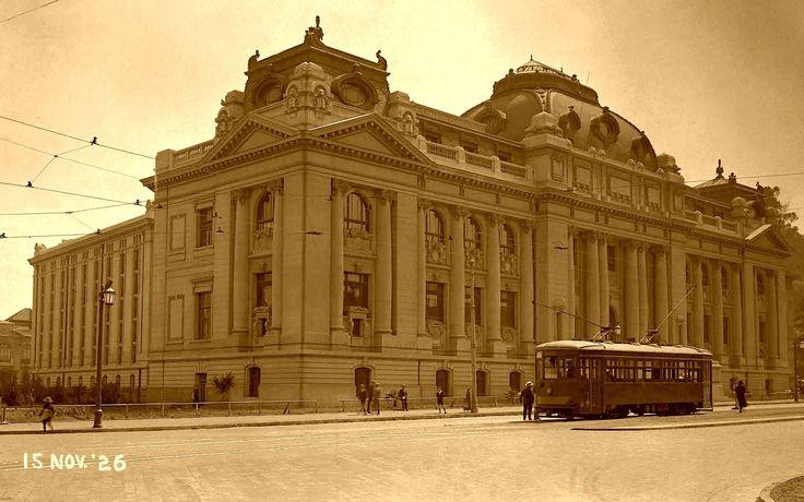 Imagen de la fachada principal de la Biblioteca Nacional en 1926, con el tranvía que recorría la Alameda en ésa época. Este edificio también se construyó para conmemorar el primer centenario de la independencia de Chile.