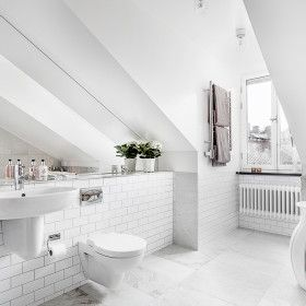 Erik Olsson Fastighetsförmedling - Badrum-kakel-vitt-spegel-struktur-mosaik-snedtak.jpg