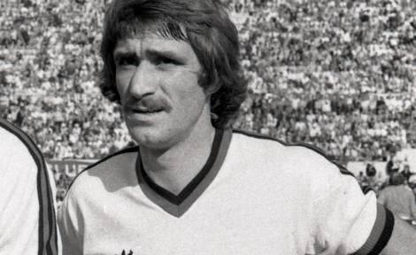 A soli 58 anni ci ha lasciato Aldo Maldera, storico terzino sinistro di Milan, Roma e Fiorentina. Maldera ha vinto lo scudetto sia con i giallorossi che con i milanisti. Cresciuto al Milan, lasciò il club milanese dopo essere rimasto coinvolto nello scandalo del calcioscommesse, vincendo subito il tricolore con la Roma nel 1982/1983.