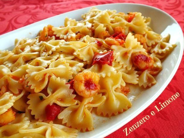 La pasta peperoni e gamberetti è una ricetta semplice che vi stuzzicherà l'appetito. Un primo piatto che si prepara molto rapidamente