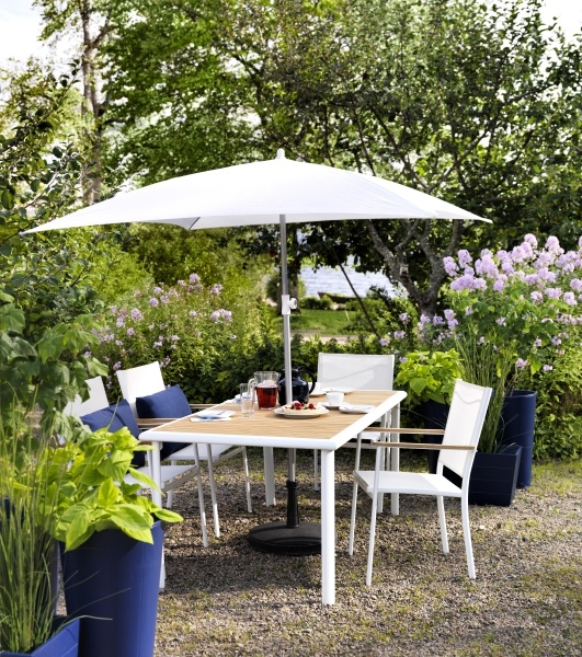 This HASSELÖN outdoor set is made of easy to clean aluminum and eucalyptus, a renewable wood that is easy on the environment as well.