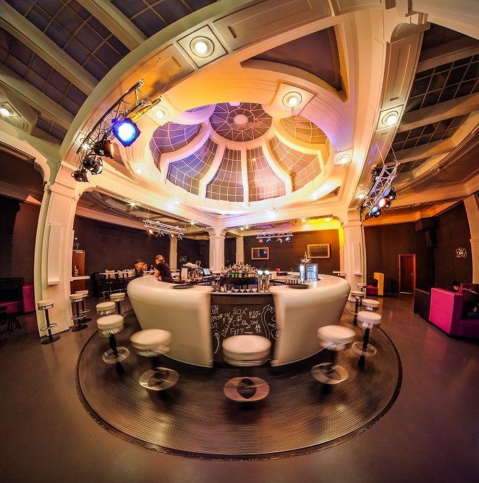 Il 360° bar, un locale con bancone rotante, all'interno del Fusion Prague Hostel di Praga!