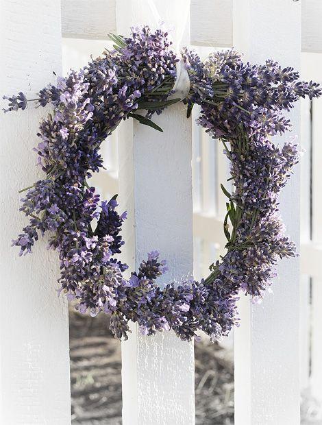 Auch getrocknet verströmen die Blüten noch eine herrliche Frische, die an die lila Lavendelfelder in der Provence erinnert. Mehr schöne DIY- und Deko-Ideen findet ihr auf http://www.whiteandvintage6741.blogspot.de/