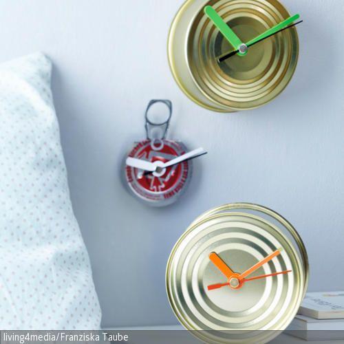 Aus übriggebliebenen Blechdosen, oder gar deren Deckel, lassen sich wunderbar kleiner Uhren für das Sideboard im Schlafzimmer basteln. Ganz einfach in der Mitte …
