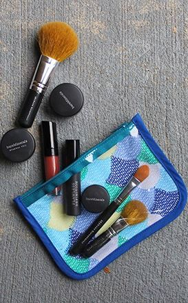 """I love working with clear vinyl, so I decided to make a cosmetic bag…"" #DIY Makeup Case"