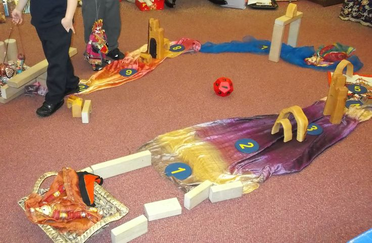 A brilliant Divali number game made with the wooden bricks, Divali puppets and some numbers! Throw the dice and move the characters along to their palace by the sea! Great gamesters! L H