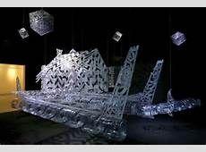 Sur cette image, on peut apercevoir une pirogue avec une chapelle mais aussi des carrés suspendus en hauteur qui représentent les étoiles. George Nuku utilise comme matériaux du plastique et du plexiglas. L.B