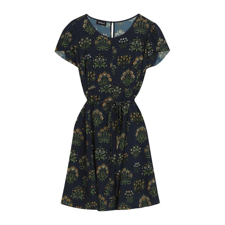 Robe imprimée fleurs des champs. Robe à manches courtes et encolure ronde. Robe avec ouverture en goutte dans le dos. Robe ceinturée à la taille pour marquer la silhouette.