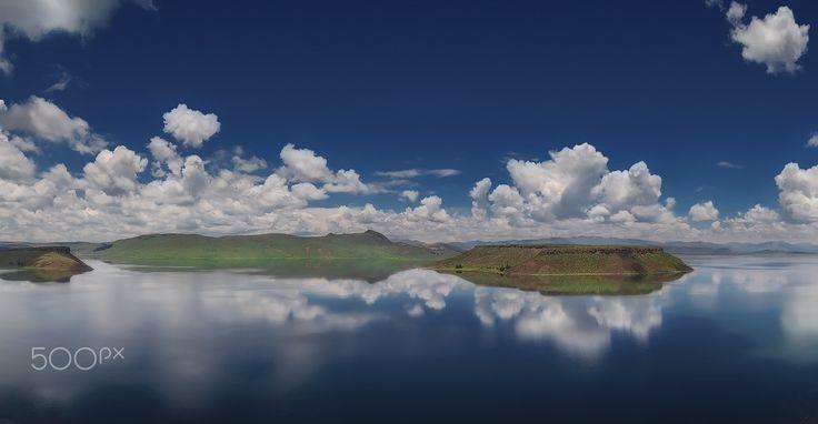 La solitaria Isla Umayo - Se encuentra en el centro de la laguna del mismo nombre, ubicado en el distrito de Atuncolla, provincia de Puno. Es un escenario turístico atractivo, no solo por su belleza natural, sino también por los vestigios arqueológicos y el significado sagrado que posee.  No es usual ver el lago como un espejo, si usted es un visitante con tiempo limitado, es más seguro de no correr con suerte, los vientos son fuertes en el sur de Perú, he visitado este lugar muchas veces y…