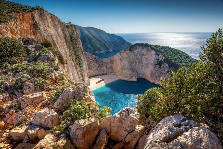 Playa del Naufragio en Zakinthos (Grecia). No queda tan lejos. Cala solitaria con un buque (moderno) varado en su playa. Además desde lo alto de sus acantilados se realizan saltos de goming.
