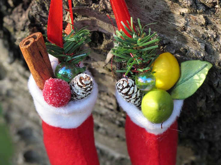 a pair of Christmas boots with cinnamon, pine, pearl (egy pár karácsonyi csizmácska, benne fahéj, fenyő, gyöngy)