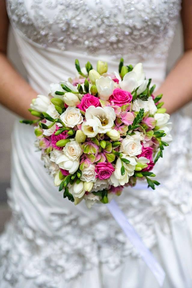Vidám, mégis elegáns menyasszonyi csokor tavaszi, nyári esküvőre.  Hasonlót szeretnél, vagy valami teljesen egyedit? Gyorsan, kreatívan és megfizethető áron elkészítjük álmaid esküvői dekorációját: http://eskuvoidekor.com/viragok