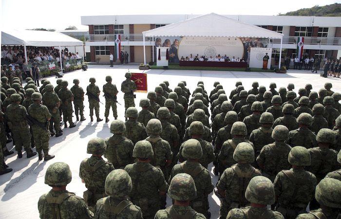 """JOJUTLA, MORELOS, 15NOVIEMBRE2016.- El Secretario de Defensa Nacional, Salvador Cienfuegos Cepeda, en compañía del Secretario de Educación Aurelio  Nuño Mayer y el gobernador de Morelos Graco Ramírez Abreu inauguraron el Jardín de niños """"Celia Muñoz Escobar"""" y la escuela primaria Genovevo de la O, ubicados en el campo militar 24-C sede del 108 Batallón de Infantería del Ejercito Mexicano. FOTO: MARGARITO PÉREZ RETANA /CUARTOSCURO.COM"""