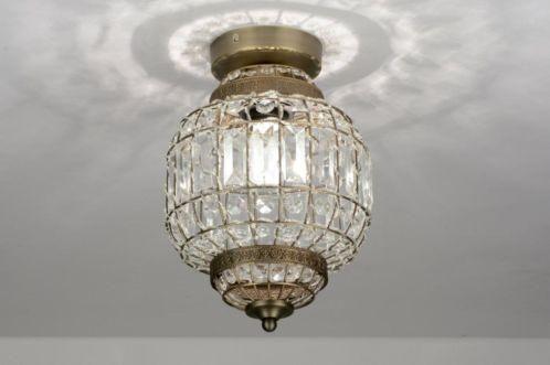 """Sfeervolle plafondlamp met een vleugje nostalgie! Deze hanglamp is uitgevoerd in mat messing. Het armatuur bestaat uit een frame met daar doorheen gevlochten """"kristallen"""". Deze kristallen laten de lichtbundel """"breken"""" waardoor er een sfeervol effect ontstaat. Belgium , Belgie Shop nu via deze Link en zie al onze lampen bij : www.rietveldlicht.be Keuze uit meer dan 3000 artikelen."""