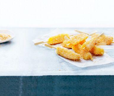 Ren frukt blir läcker pinnglass. Lätt att kalasa på utan dåligt samvete. Trä ananasbitar på spett, vänd ananasen i rostad kokos och ställ i frysen i två timmar. God och nyttig som efterrätt eller mellanmål.