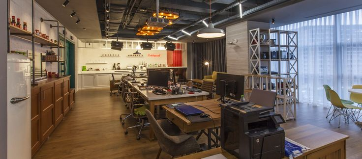 The Studio for SKIN Media represents a TV set, kitchen, bar and office – all in one. The space is used for online cooking and bartending shows, recording, photo shoots and office work.