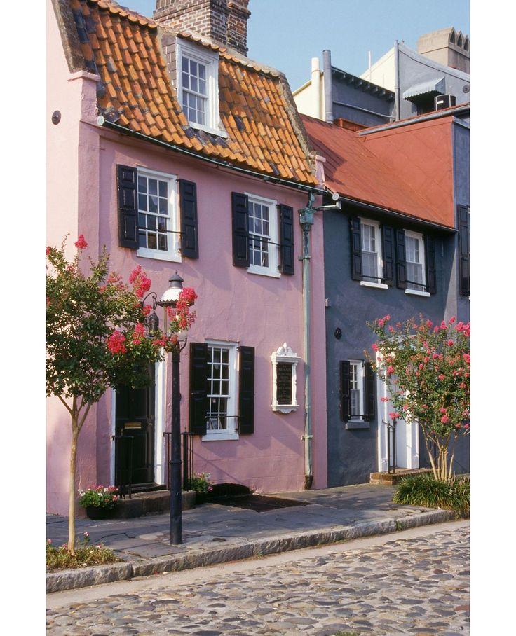チャールストン/アメリカ サウスカロライナ 1931年、とあるリッチな判事とその妻が、この街の一角の家々を購入し、パステルカラーに塗装。近隣住民もそれにならい、街全体に広がっていった。その通りは「レインボー通り」と呼ばれている。