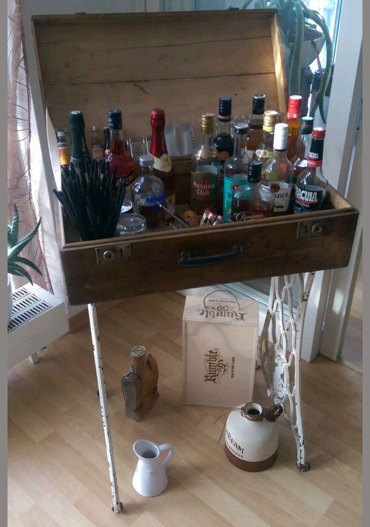 Bar aus Holz-Koffer und Nähmaschinengestell gebaut.