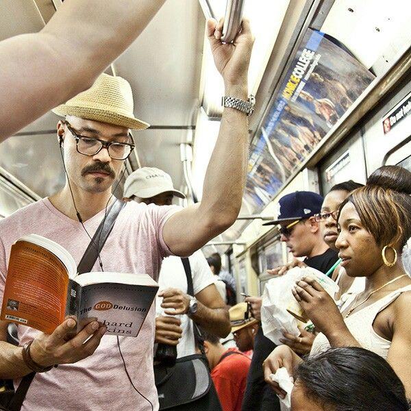 c'è chi legge sul #metró #libri #subway