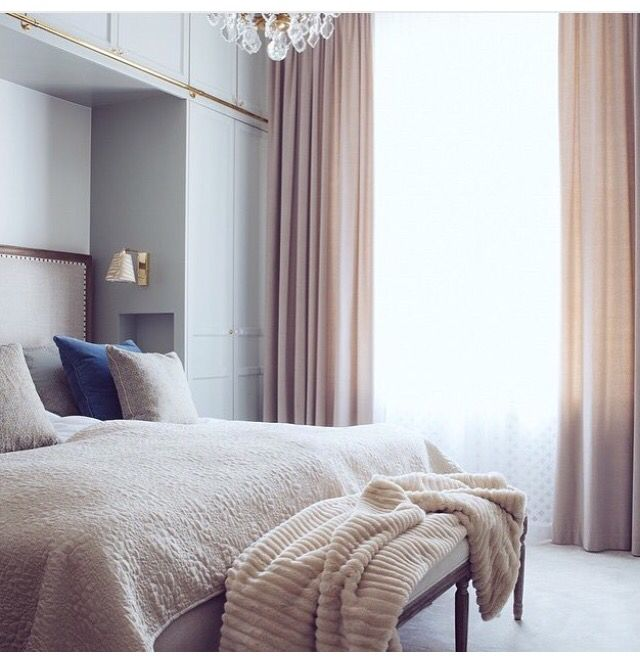 Fantastiskt fint ~ inrett av @sannafischernordstrom Vi har monterat parallella skenor där en vit flortunn gardin i tyget Satriano färg 01 hänger närmast fönstret. Närmast sängen hänger sammetsgardiner i varm beige, tyg Scala färg 93. Foto : @inredningsfotografen ✨
