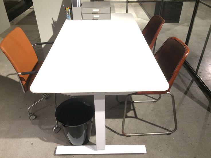 Skrivbord eller mötesbord. Skiva i mdf, med fasad kant och rundade hörn. Snyggt och stilfullt.