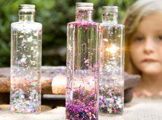 Bastelidee für kleine Magier mit einer viel Glitzer, Wasser und einer Plastikflasche.