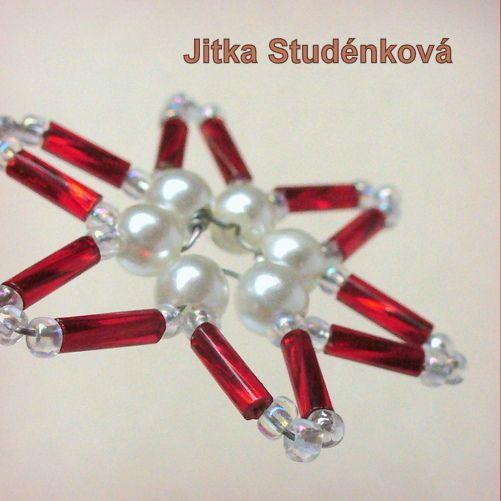 Korálková hvězda VII. - radůstka Štědrý večer je plný kouzel. Domov voní vanilkou a skořičí, plamínky svíček se odráží v třpytivých ozdobách. Drobná drátkovaná korálková (voskové perličky, rokajl, tyčinky) hvězdička o průměru 4 cm. Vánoční dekorace na stromek, vánoční stůl, ozdobení zabaleného dárku.