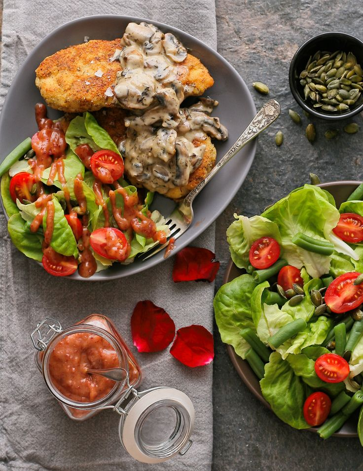 This Almond and Thyme-Crusted Chicken is guaranteed to set your heart a-flutter this Valentine's Day! Served with a fresh salad and cranberry vinaigrette, your sweetheart will love it (and you, of course)!  Get the recipe here: http://bit.ly/2lki6ju  #NutsAboutYou | #LoveMontagu | #HealthyLifestyle