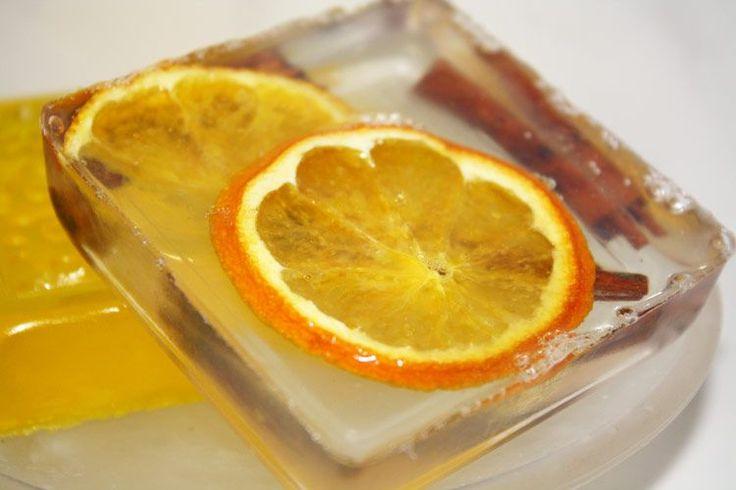 Weihnachtliche Seife ist ein besonders schönes Weihnachtsgeschenk. Wie Du Weihnachtsseife selber machen kannst, erfährst Du hier - jetzt ausprobieren!