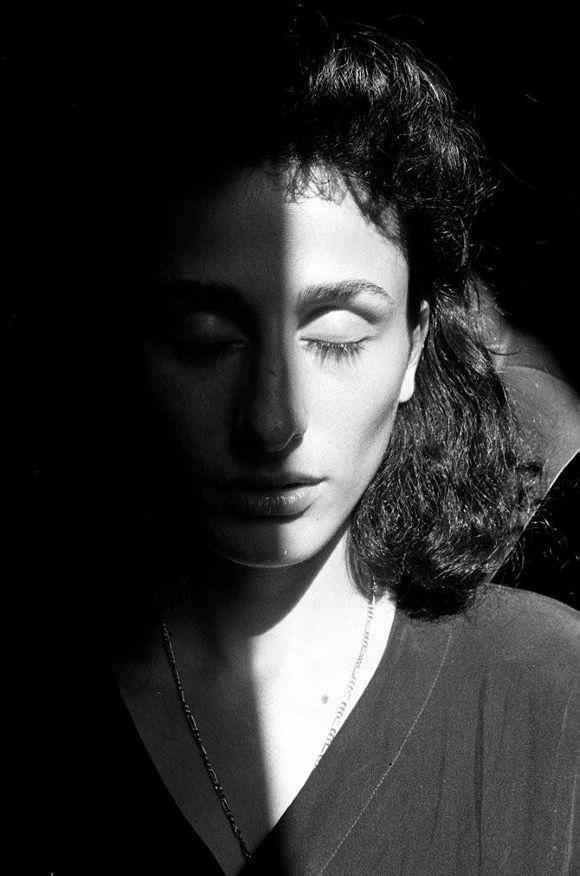 Letizia Battaglia_RosariaSchifani  Luce, intensità del ritratto, ritratto significativo (moglie di Vito Schifani, agente della scorta di Falcone, morto nella strage di Capaci)