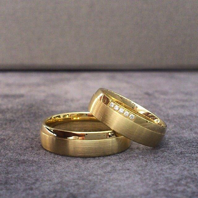 Alianças em ouro amarelo e diamantes brilhantes