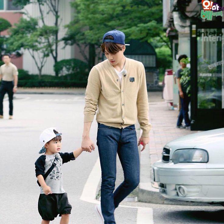 Because everyone needs an adorable Jongin with another adorable baby #jongin #kai ❤️