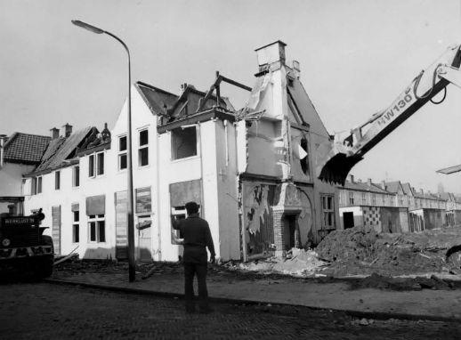 De sloop van de woningen aan de Equatorstraat (1975) in de Sterrenwijk te Utrecht.