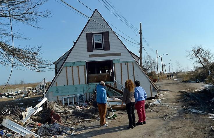 Sandy is uitgeraasd, de orkaan is in het wereldnieuws alweer naar de achtergrond verdrongen. De gevolgen van de verwoestende orkaan zijn onder meer in Oakwood Beach op Staten Island, New York, nog schrijnend voelbaar. Klik voor een fotoserie. Foto EPA