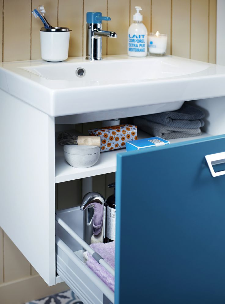 Tvättställ för bänkskiva i färgen Moody Blue. Generös låda och ett hyllplan för ökad förvaringskapacitet.