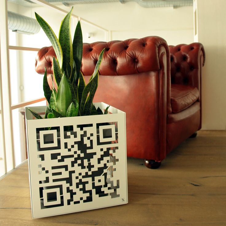 Moderno vs Antico Vaso QR by NIKLA.  #niklasteeldesign #qrcode #qr #metaldecor #interiordesign #arredamento #metaldecor #piante #garden #vaso #complementi