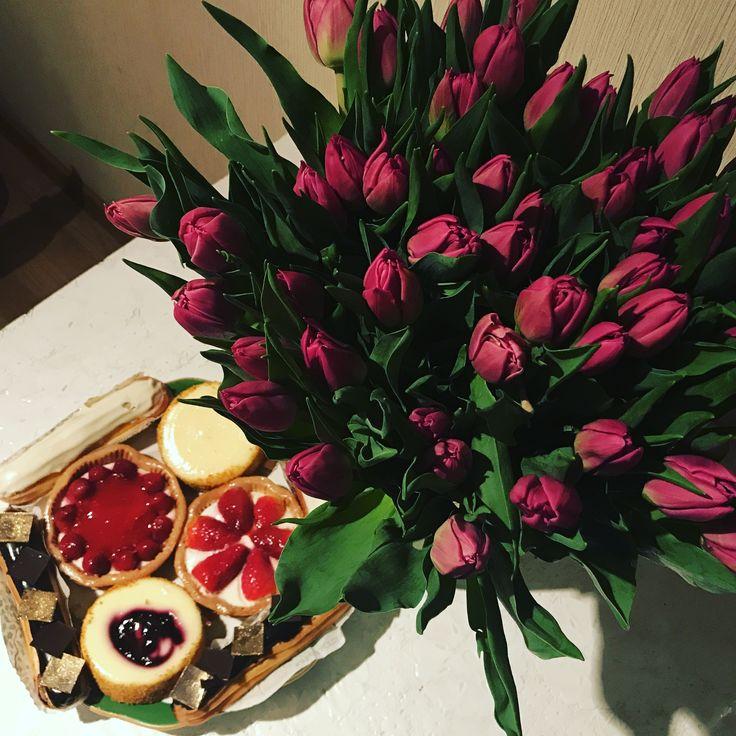 Прекрасное завершение волшебного дня подарочки для любимой @fam_anastasiya приятного вкусного аппетита, лаконичного и яркого аромата цветов. С праздником) #цветы #хлебнасущный #александрлевин #левин #роль #сериал #актер #актерлевин #анастасияфилимонова #настя #жена #праздник #подарки #сюрпризы #пирожные #тюльпаны #цветы