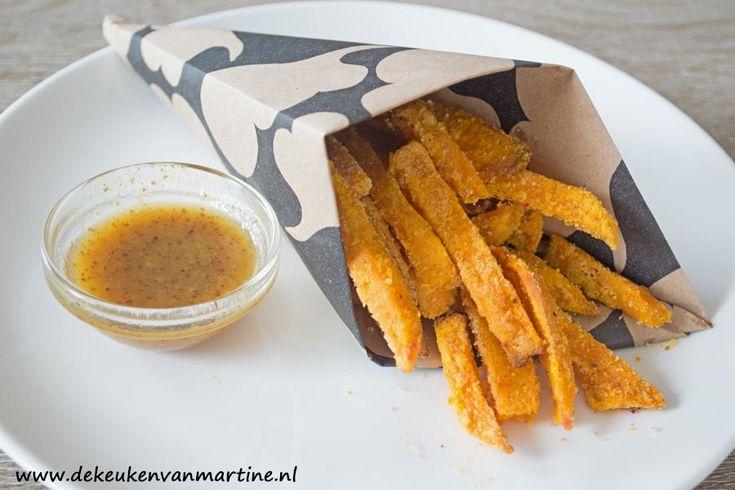 Uit de airfryer: Frietjes van zoete aardappel met een honing-mosterddip.