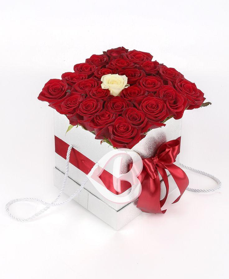Aranjament Trandafiri Roșii Alb  Oferă pasiunea și frumusețea trandafirilor pentru a-i spune persoanei dragi despre dragostea și devotamentul tău, precum și faptul că dorești să fii alături de ea.