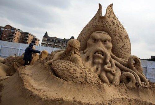 Obří sochy z písku