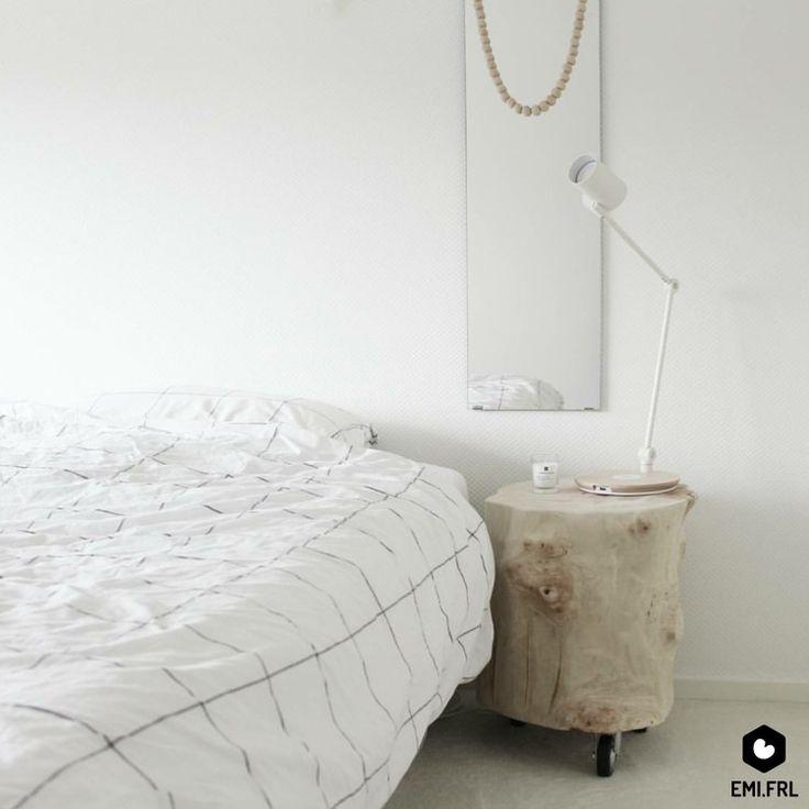 binnenkijken bij emi - Volledig witte en serene slaapkamer. De boomstam vond ik via marktplaats. Het grid dekbedovertrek is van HEMA. De lamp met draadloze telefoon oplader is van IKEA. De spiegel heb ik al vanaf mijn jeugd.