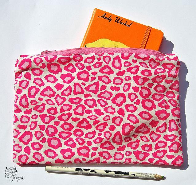 Pochette astuccio realizzata a mano in Italia con cotone made in USA by Robert Kaufman. Dimensione: Lunghezza 23 cm - Altezza 16 cm.