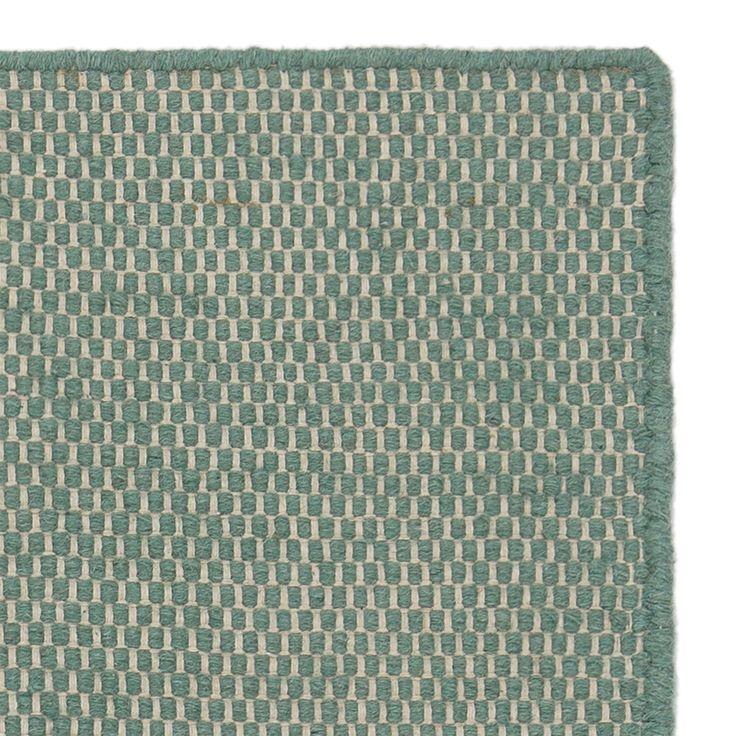 Für unsere Kilden Teppich-Kollektion wird hochwertige Baumwolle für die Kettfäden und robuste Schurwolle für den Schussfaden unter zertifizierten Arbeitsbedingungen und mit viel Liebe zum Detail in Handarbeit verwoben. Das detailreiche Wabenmuster bringt einen frischen, skandinavischen Look in Ihr Wohnzimmer.   Kombiniert mit einer rutschfesten Unterlage bleibt der Teppich an Ort und Stelle.