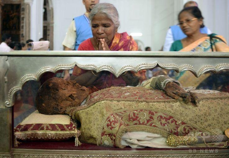 インド・ゴア(Goa)州のセ大聖堂(Se Cathedral)で、イエズス(Jesuit)会宣教師フランシスコ・ザビエル(Francis Xavier)の遺体にお参りするインドのキリスト教徒ら(2014年11月22日撮影)。(c)AFP/PUNIT PARANJPE ▼23Nov2014時事通信|10年ぶり、ザビエルの遺体公開=インド http://www.jiji.com/jc/zc?k=201411/2014112300019 #Francis_Xavier #Francisco_Javier #Francisco_de_Xavier #Frances_de_Jasso #Old_Goa ◆Francis Xavier - Wikipedia http://en.wikipedia.org/wiki/Francis_Xavier