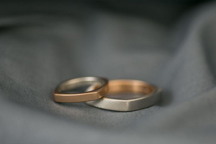 【cayof】プラチナ950とK18ピンクゴールドを使用したコンビネーションリング。 かっこいい印象になりやすいスクエアも角に丸みをつけ柔らかい印象に仕上げた結婚指輪です。