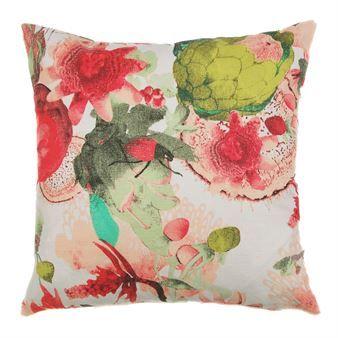 Skapa en känsla av sommar i ditt hem med Anemone kuddfodral från Mairo designat av Tess Jacobson. Kuddfodralet är tillverkat i en mix av linne och bomull med ett vackert handmålat akvarellmönster fyllt av exotiska blommor i olika former och storlekar. Matcha kuddfodralet tillsammans med andra härliga textilier från Mairo att inreda ditt hem med! Välj mellan olika färger.