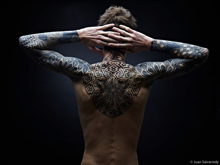 Photographie d'un homme tatoué graphiquement.