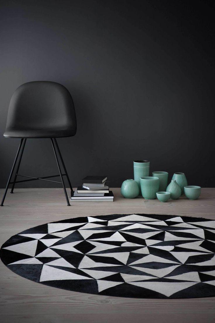 """Talentvolle Scandinavische ontwerpers stelden een collectie vloerkleden samen uit kwalitatief hoogwaardig leer met een rug van zacht suede. Ieder kleed is """"a piece of art"""" en is met de hand gemaakt. Een sublieme match tussen Deense inspiratie en traditioneel vakmanschap en ook nog eens goed geprijsd. Karpet Leather is een elegant tapijt met een prachtig contrast."""