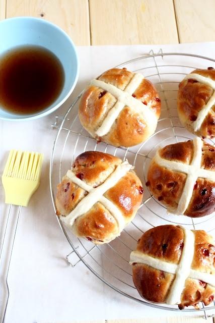 Hot cross buns with a modo mio ovvero panini con frutti di bosco e cioccolato bianco - Hot cross buns with berries and white chocolate
